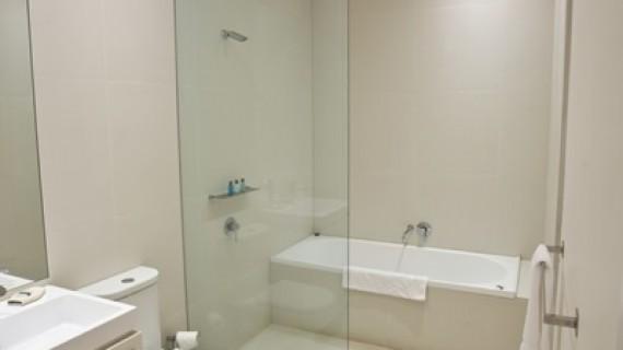 כל מה שצריך לבדוק לפני רכישת דלתות פנים למקלחת